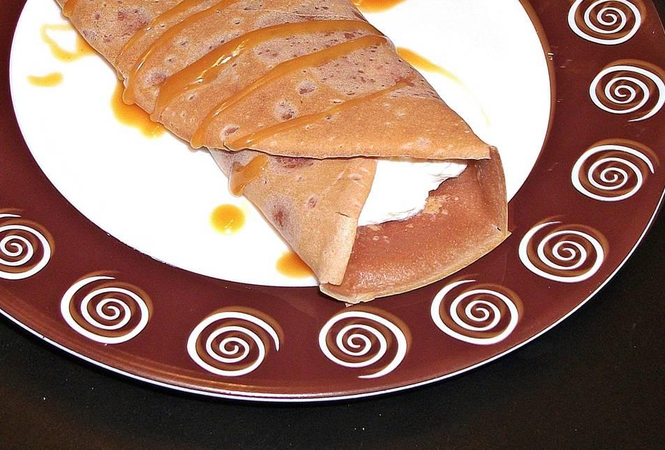 Clatite-cu-cacao-crema-Chantilly-si-caramel