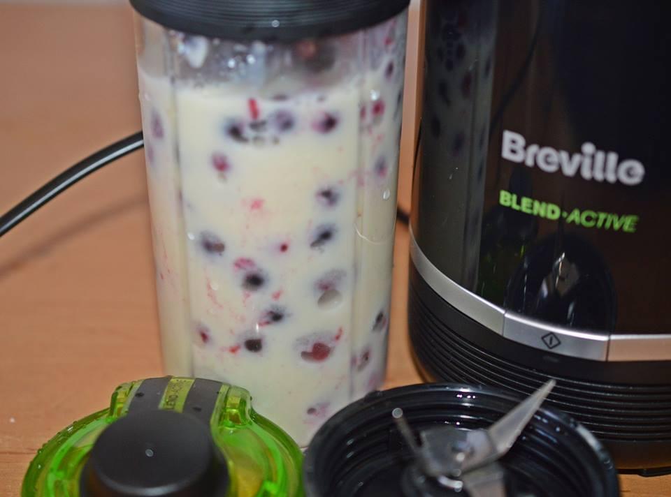 smoothie-cu-banane-fructe-de-padure-si-capsuni-101923