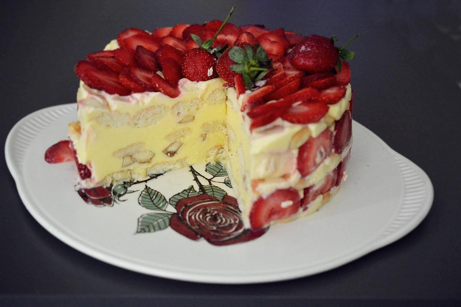 Tort diplomat cu capsuni, ciocolata alba si banane
