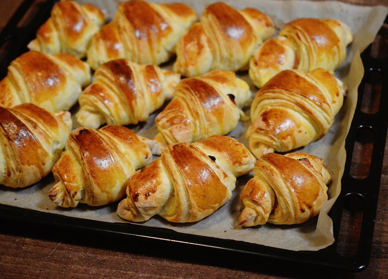 Croissante pufoase cu sunca si cascaval