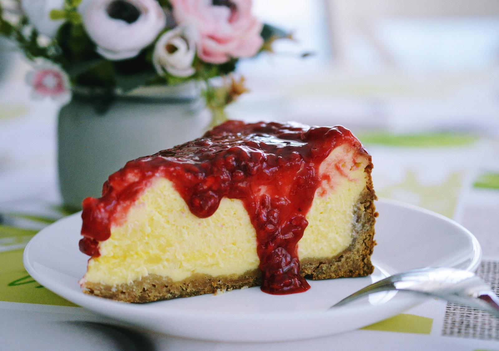 Cheesecake cu sos de zmeura